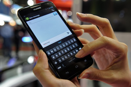 Suami main SMS. Ber-sayang-sayang, ber-muah-muah.