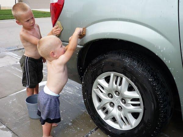Kereta bersih, anak pun gembira dapat main air
