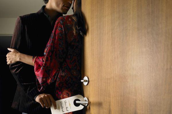 10 Tanda Suami Curang Pada Isteri, Ada Affair & Skandal!