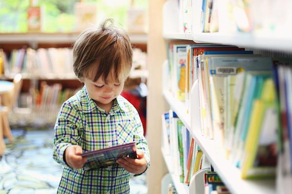 Tanamkan sifat suka membaca pada anak-anak. Melentur buluh, biar dari rebungnya.
