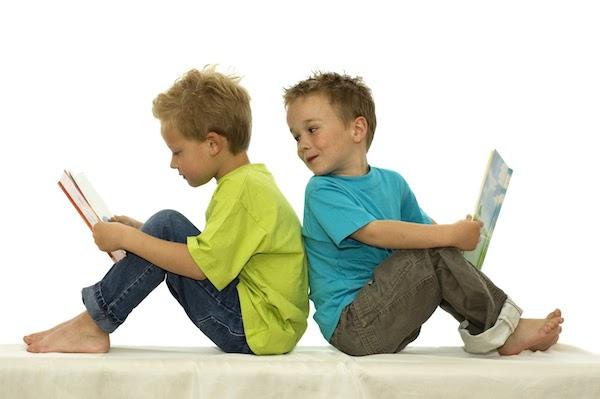 Biar adik kacau abang masa membaca buku