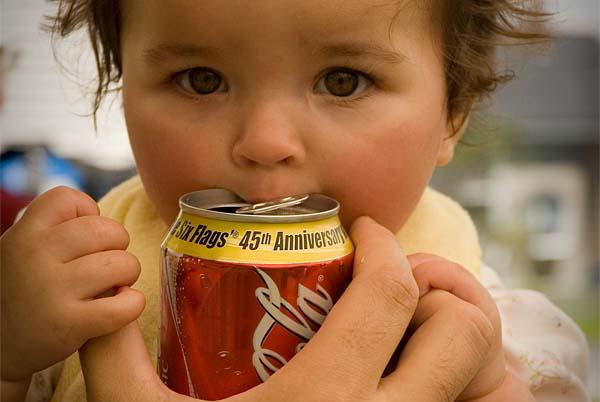 Jangan ajar anak minum air gas