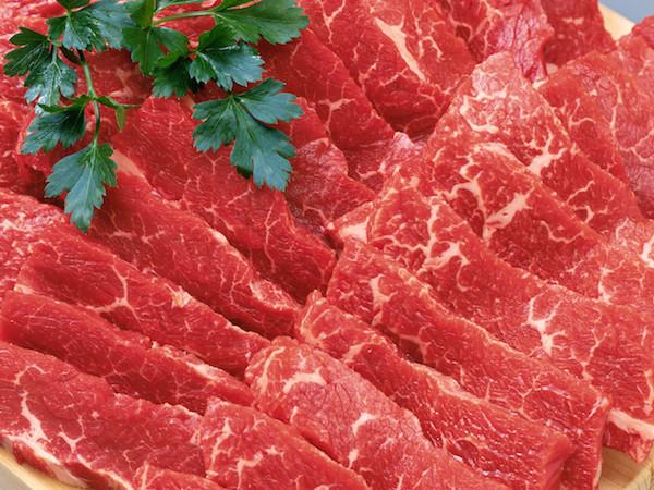 Makan daging merah yang segar