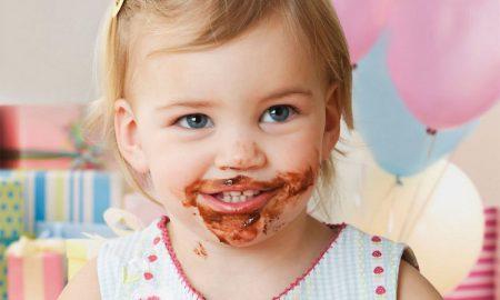 Melatih bayi makan sendiri