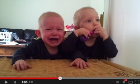 Hanya Kerana Berus Gigi, Bayi Kembar Ini Bergaduh. Sangat Comel!
