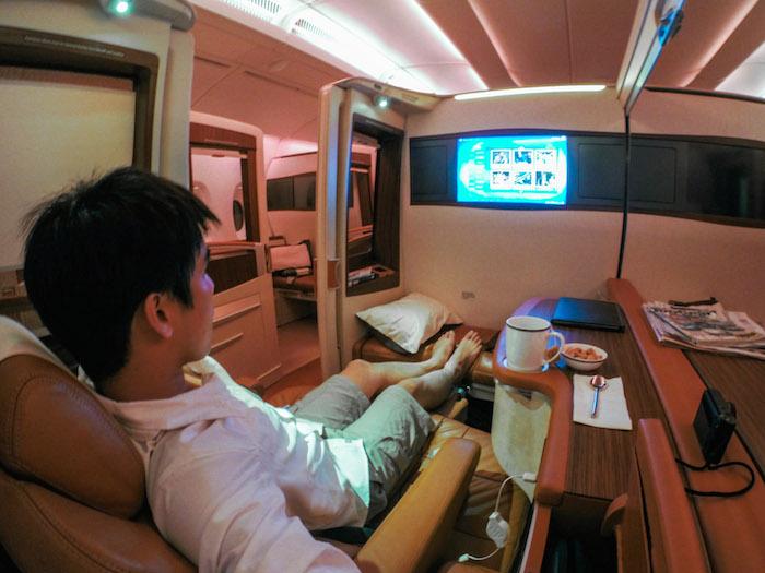 Kami ingatkan First Class itu sudah cukup hebat. Rupanya, Suites Class memberikan citarasa mewah kepada golong elitis. Menurut laporan Business Insider, travel blogger yang bernama Derek Low ini menggunakan frequent flyer miles untuk terbang secara percuma menaiki Suites Class Singapore Airlines.