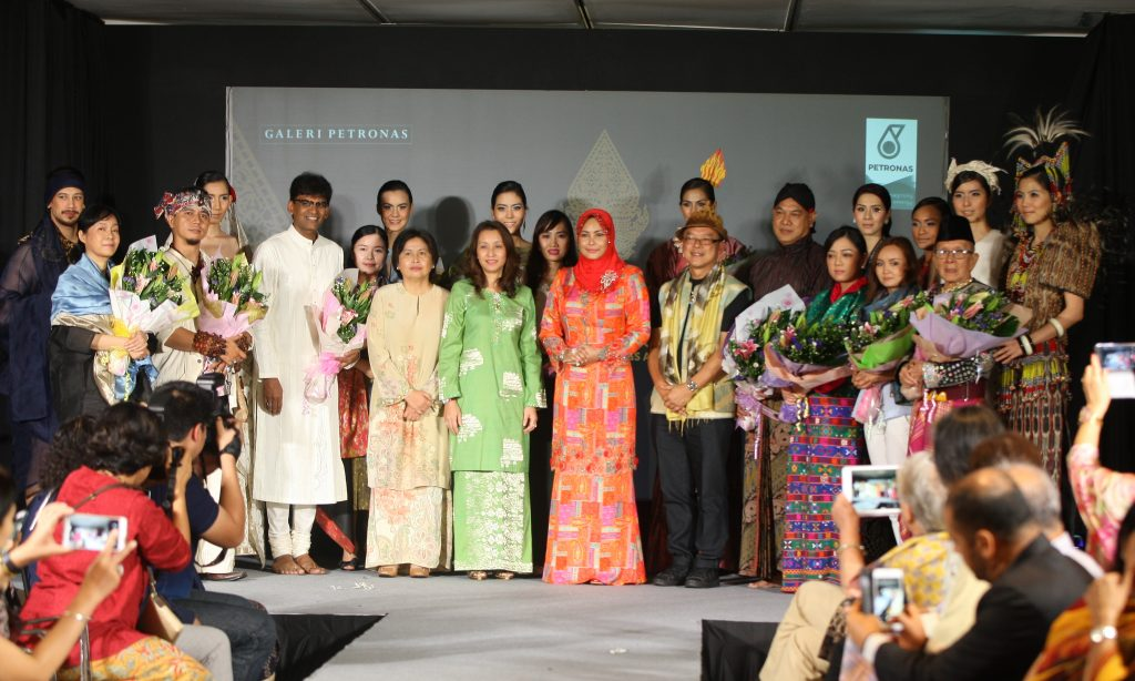 KDYMM Sultanah Terengganu Darul Iman, Sultanah Nur Zahirah (middle) posing with the fashion designers at the end of the fashion show