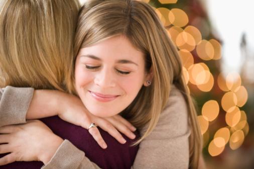 Berada dalam pelukan ibu adalah perasaan terbaik di dunia! Foto Kredit: cnc360.com