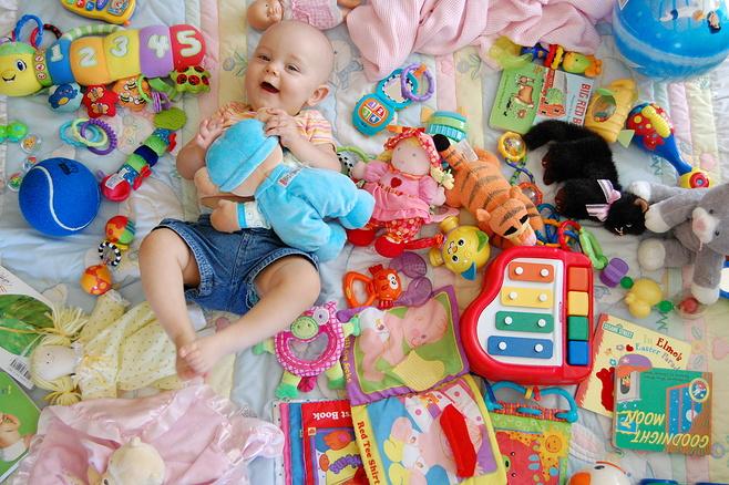 cara pilih mainan bayi mengikut usia