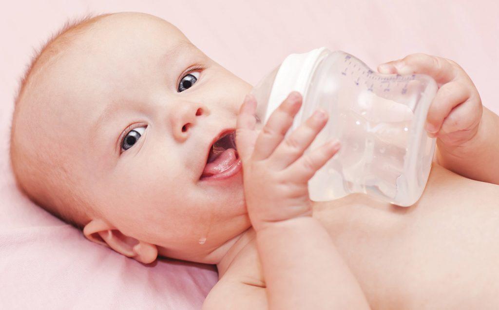 bayi minum air
