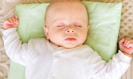 Bayi pakai bantal