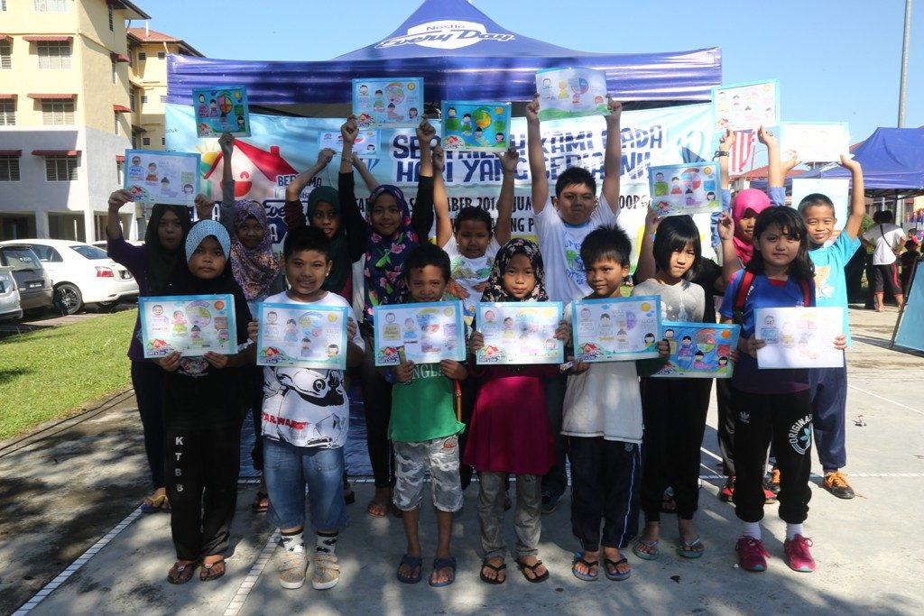 kids-colouring-activity-at-the-keluarga-sihat-ceria-bersama-nestle-everyday-roadshow-3