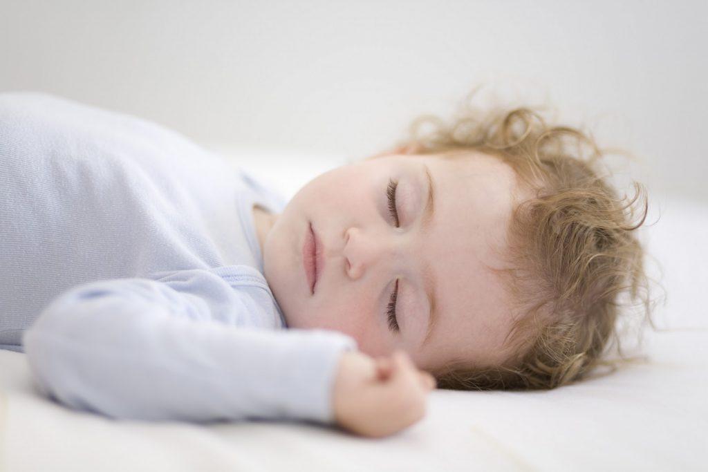 cara ajar bayi tidur sendiri