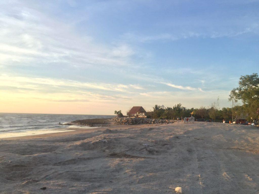Menikmati keindahan matahari terbenam bersama angin pantai