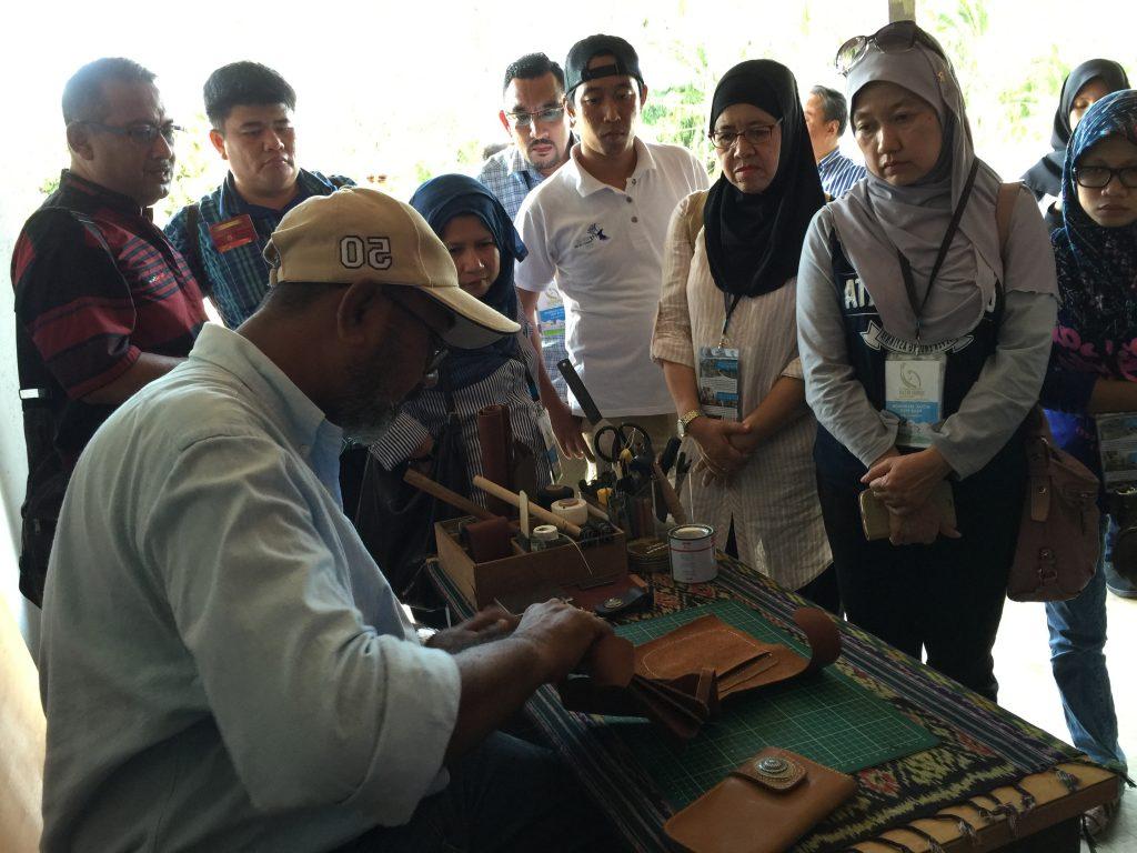 Pemiliknya Mazlan, pakar dalam membuat barangan daripada kulit seperti beg dan dompet