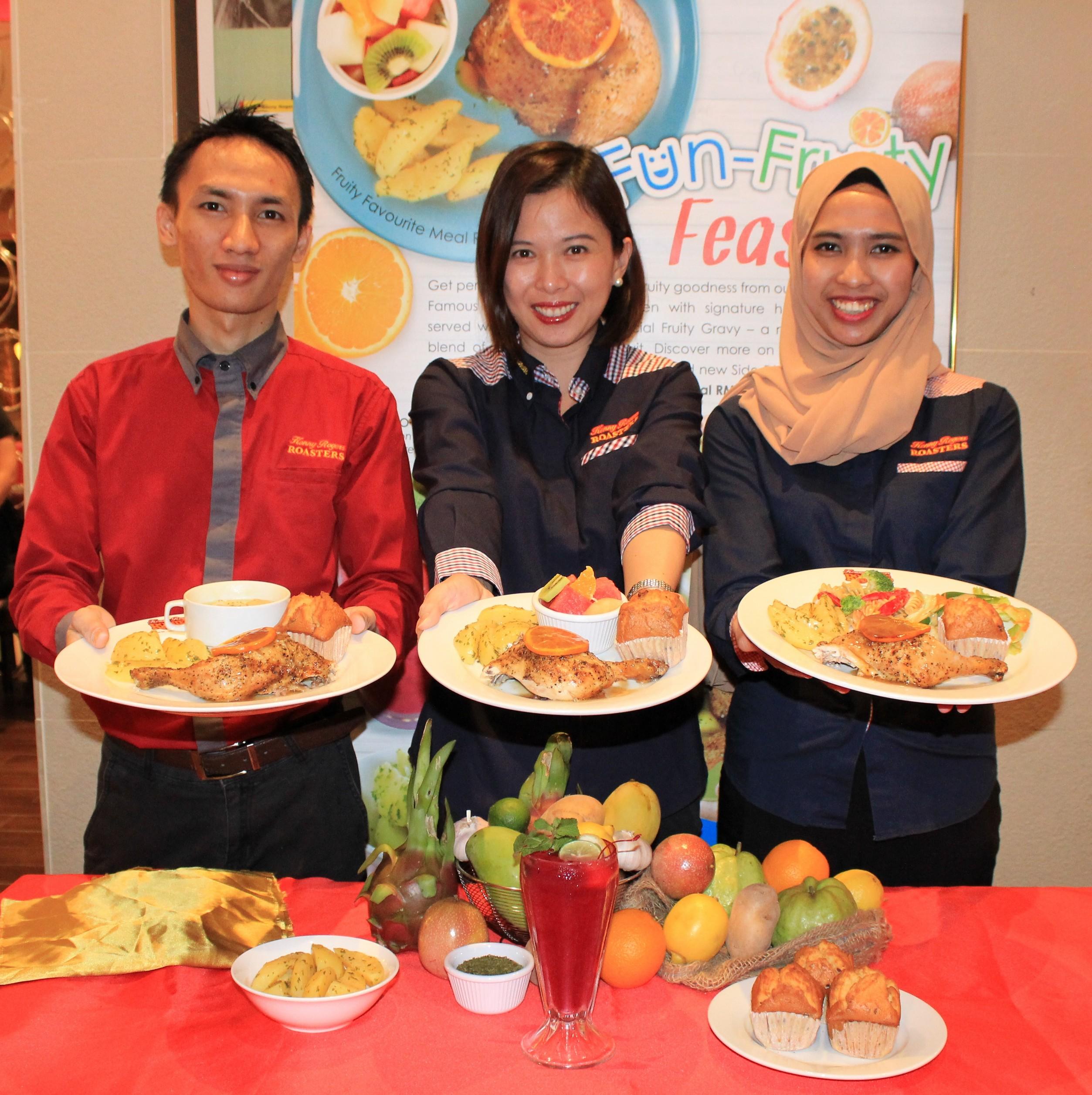 Esther Woo, Timbalan Pengurus Besar Berjaya Roasters (M) Sdn. Bhd (tengah) bersama kakitangannya memperkenalkan hidangan terbaru Fun Fruity Feast