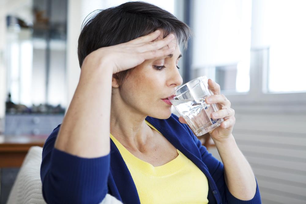 wanita-minum-air