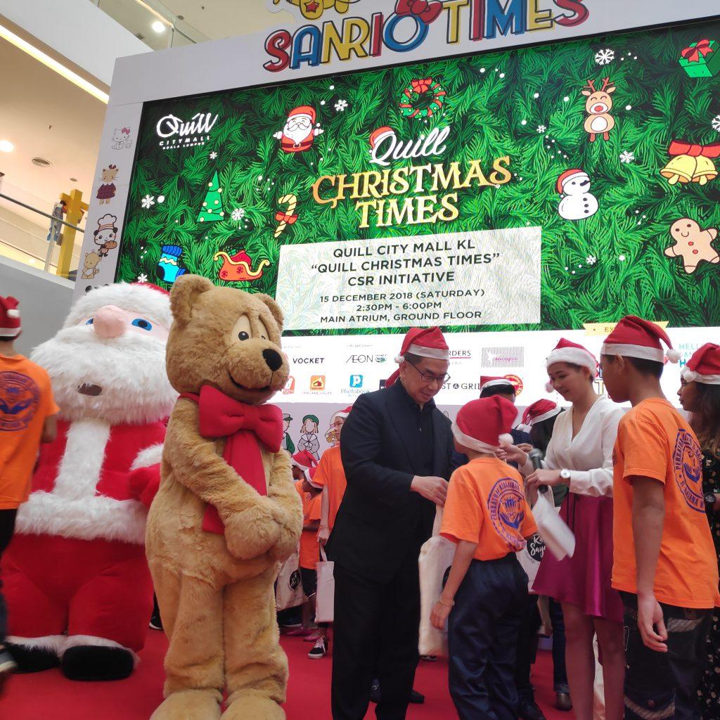 Dato' Ar. Michael Ong beri goodie bags kepada kanak-kanak