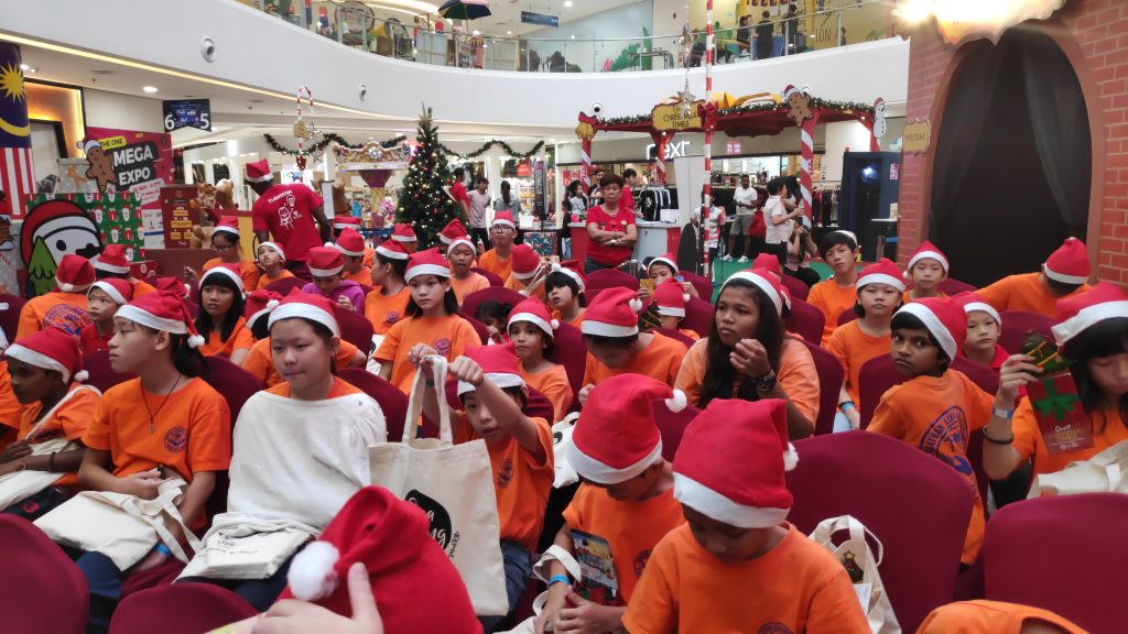 kanak-kanak dari rumah kebajikan datang ke quill city mall