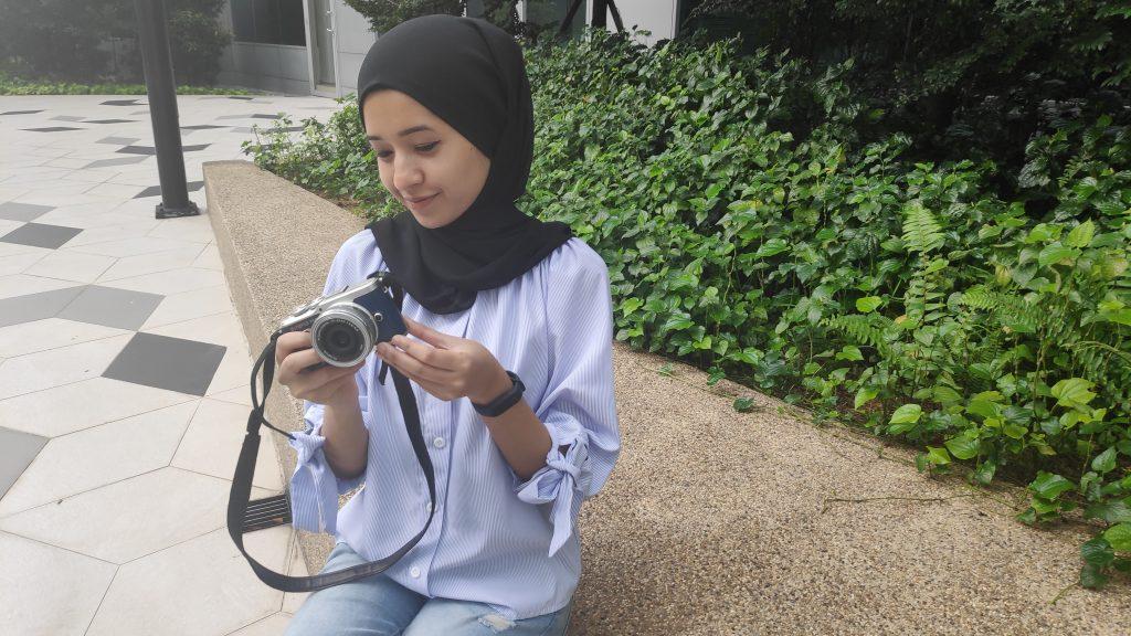 perempuan dengan kamera