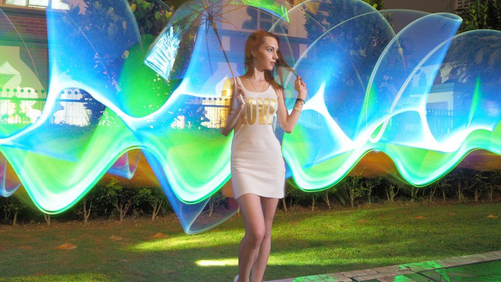 Gambar light painting diambil dengan kamera Olympus
